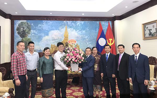 Nhà trường chúc Tết Đại sứ quán Lào tại Hà Nội